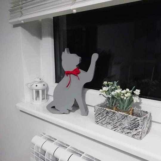kot ze styroduru siedzący szary z kokardką