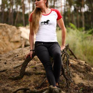 Koszulka biała z czerwonymi rękawkami z nadrukiem cardio koń